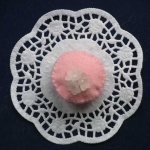 Rosa Praline mit Zuckerblumen.