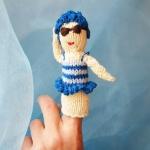 Petra Oellingers Lesedaeumling Badenixe blau: Sie trägt einen blauem Badeanzug und eine Badehaube aus blauen Blüten, ist zirka zehn Zentimeter groß und kann als Fingerpuppe verwendet werden.