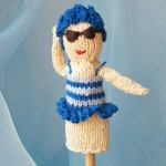 Petra Oellingers Lesedaeumling Badenixe blau: Sie trägt einen blauem Badeanzug und eine Badehaube aus blauen Blüten, ist zirka zehn Zentimeter groß und kann Stabpuppe verwendet werden.