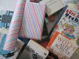 Bücherabo Bücher werden in Geschenkpapier verpackt